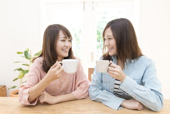 友人とコーヒーを飲んでいるシーン