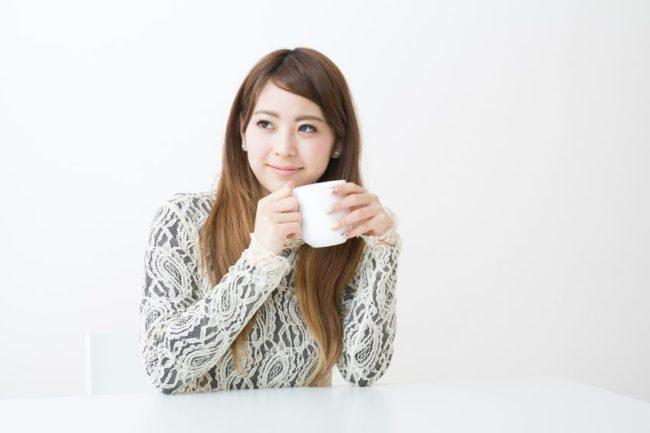 リラックスしてコーヒーを飲んでいるシーン